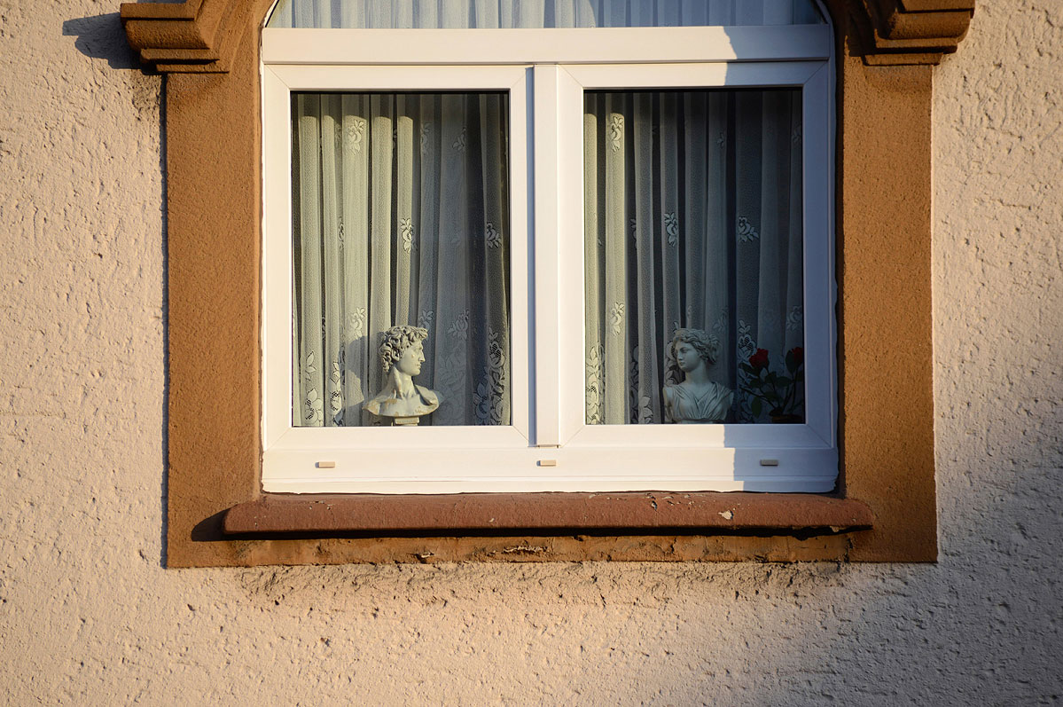 lebenszeichen-the-signs-of-life-fenster-antike-figuren-by-daniel-zakharov