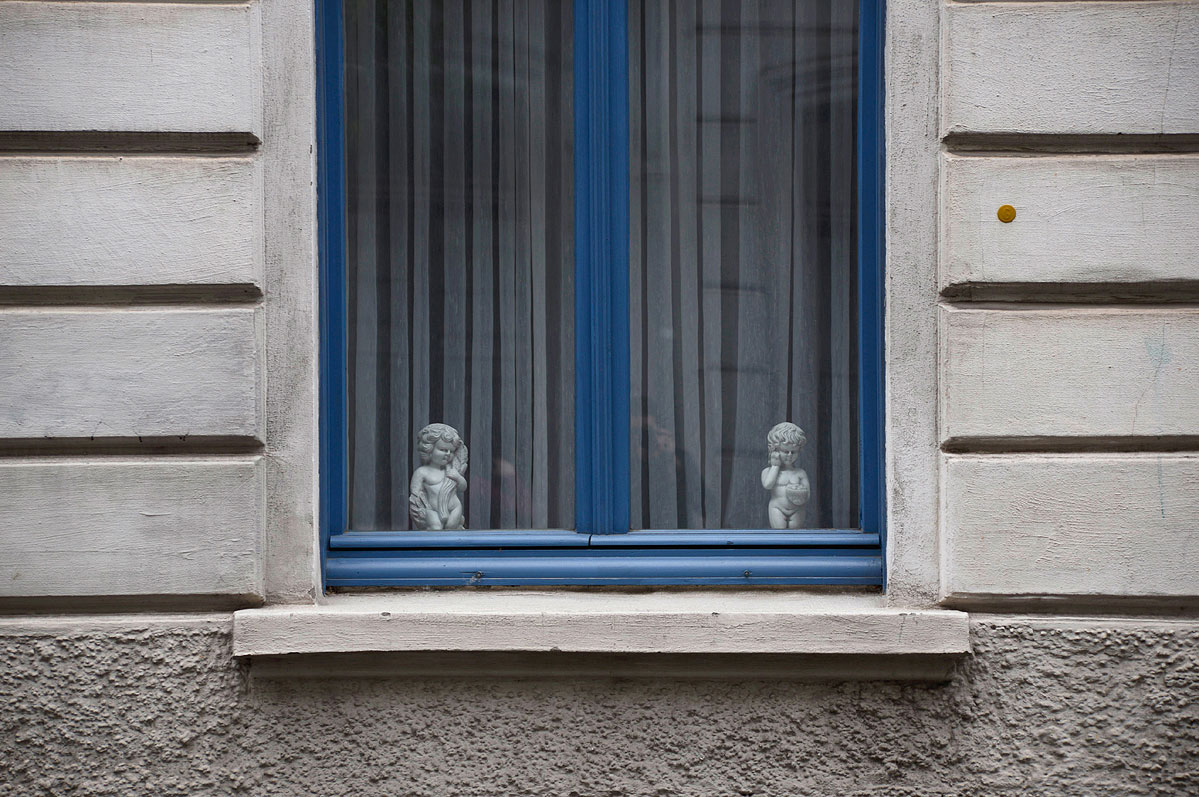 lebenszeichen-the-signs-of-life-fenster-antike-figuren